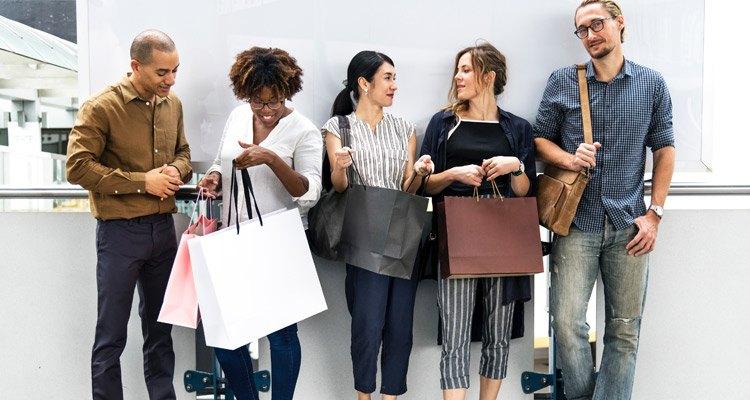 Menschen mit Tüten nach dem Einkaufen